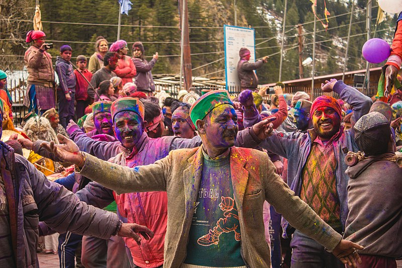 800px-Himachali_people_covered_in_holi_colours,_dancing._01